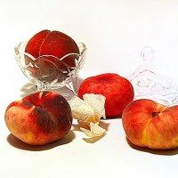 Персики и увядший цветок :: Наталия Лыкова