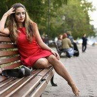Девушка в красном :: Сергей Добрыднев