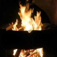 Огонь очага устремляется ввысь, обращается в радостный дым! :: Людмила Огнева