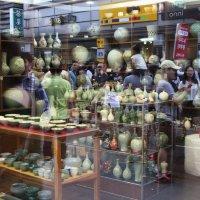 гончарные изделия (корейский селадон) и прохожие в отражении витрин :: Ilona An