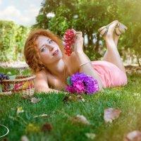 девушка с виноградом.. :: Ростислав Уханов