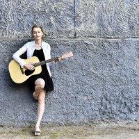 Девушка с гитарой :: Сергей Добрыднев