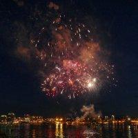 Фейерверк в день Канады (1 июля), бухта г. Галифакс :: Юрий Поляков
