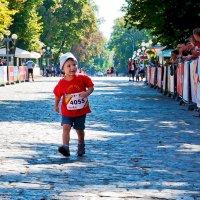 Самый младший марафонец... (Полумарафон. Полтава, сентябрь 2016) :: Наталья Костенко