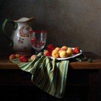 С абрикосами и клубникой :: Елена Татульян