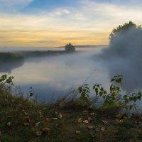 Осенний туман над рекой :: Сергей Корнев