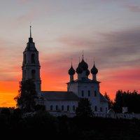 Церковь на фоне заката. Поздний вечер на реке Волге. :: Сергей Тагиров