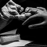 Руки мастера маникюра и клиентки :: Ilona An