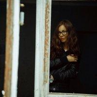 Девушка в окне :: Сергей Анатольевич