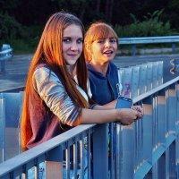 В окрестностях Гадюкино. Такие вот девчушки на мосту вчера стояли :: Александр Резуненко