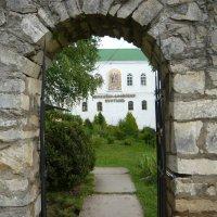 Главный вход в монастырь :: Надежда
