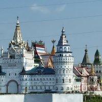 Вид из окна поезда на Измайловский Кремль (Москва) :: Михаил Малец