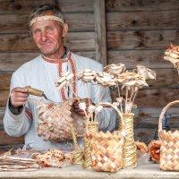 Мастер по плетению из бересты :: Валерий Гришин