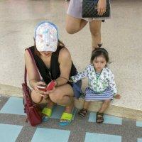 Таиланд. Чаченгсау. Мама, дочка и девушка-цапля :: Владимир Шибинский