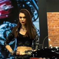 девушка на мотовыставке :: Artem Lazarenko