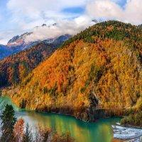 Золотые горы вокруг озера Рица. :: Фёдор. Лашков