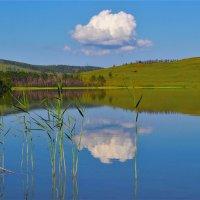 Облачко над озером :: Сергей Чиняев