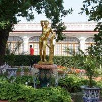 Фонтан «Колокол», декорированный золоченой бронзовой статуей Аполлона :: Елена Павлова (Смолова)