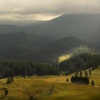 И луч дневной, горит в горах на рёбрах туч :: Сергей Жуков