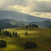И луч дневной, горит в горах на рёбрах туч 4 :: Сергей Жуков