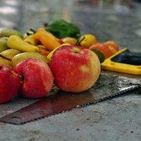 Осени мотивы. Натюрморта дачная яблочно-грушёвая перцово-ножовочная :: Александр Резуненко