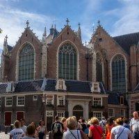 Старая церковь Амстердама в квартале красных фонарей :: Witalij Loewin