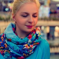 Девушка в торговом центре. :: Дмитрий Строж