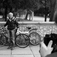 Старый велосипедист в фокусе :: Алексей Климов
