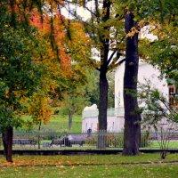 В парке  осенью  /10/  Белая башня :: Сергей