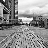 Уходящая вдаль скамья на Новом Арбате в Москве :: Михаил Малец