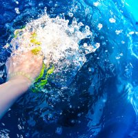 брызги воды и рука :: Света Кондрашова
