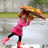 Доченька бегает по осенним лужам . :: Марина Романова