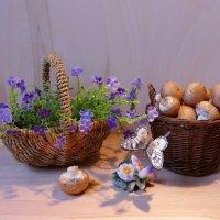 Фиолетовые цветочки в корзинке, шампиньоны и бабочка :: Nina Yudicheva