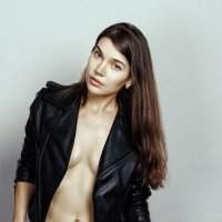 Сооблазнительная девушка с длинными волосами в куртке на голое тело :: Сергей Иванов