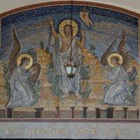 Воскресение Христово, мозаичная икона на стене церкви :: Александр Качалин