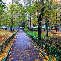Осенний дворик. :: Лара ***
