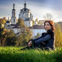 На фоне монастыря. :: Алексей Ковынев