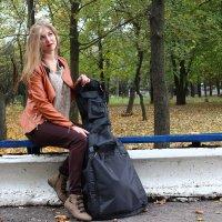 Девушка с гитарой в ожидании гитариста) :: Сергей Касимов