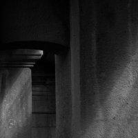 Луч солнца в каменном лесу... :: Александр (Алчи) Шерстнёв