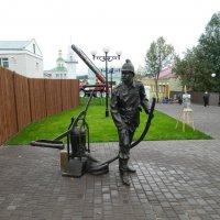 Скульптура пожарника и действующий пожарный насос :: Andrew