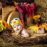 Малышка в гнездышке в костюмчике цыпленка :: Ольга Невская