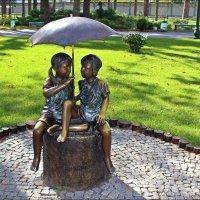 Детки под зонтиком :: Татьяна Пальчикова
