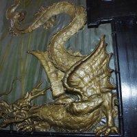 Стены расписаны под шелковую ткань и украшены барельефами позолоченных драконов :: Елена Павлова (Смолова)