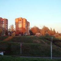 Рыжее солнце, рыжая осень, рыжие дома... :: Тамара Лисицына
