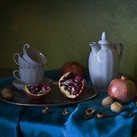Натюрморт с гранатами и белым кофейником. :: Оксана Евкодимова