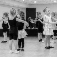 В танцевальном классе. :: Евгений Герасименко