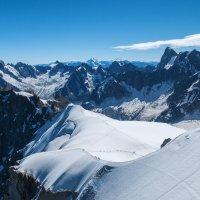 Вид на Альпы со смотровой площадки  Эгюй дю Миди :: Надежда Лаптева