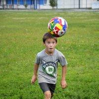Мяч на голове :: Дмитрий Петренко