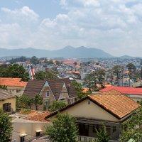 Вид на Далат с площадки Крейзи Хауса.Вьетнам. :: Татьяна Калинкина