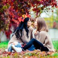 Мама и дочь на осеннем пейзаже :: Марина Алексеева